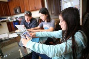 kids-using-tablet_t20_7J9oLN
